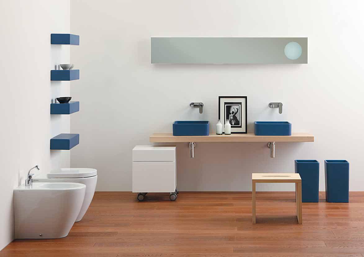 Lavabo de un ba o blanco y azul im genes y fotos for Banos en blanco y beige